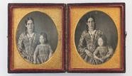 Thumbnail af Porträt einer Mutter mit Tochter. Zwei Platte…
