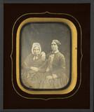 Visualizza Portrait de deux femmes, à mi-corps, assises anteprime su