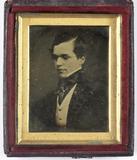 Visualizza Portret van een onbekende jonge man met bril anteprime su