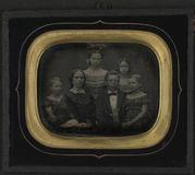 Visualizza Familie gruppe på seks personer med mor og fe… anteprime su