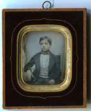 Visualizza Tinted half length portrait of a young boy re… anteprime su