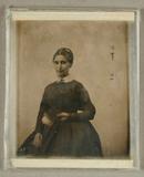 Visualizza Bildnis einer Dame im dunklen Kleid mit einem… anteprime su