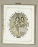 Visualizza Zwei Damen, Dreiviertelfiguren, in reicher St… anteprime su