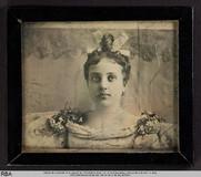 Visualizza Brustbild einer jungen Frau mit Schleife im H… anteprime su
