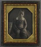Visualizza Porträt eines sitzenden Jungen in kariertem H… anteprime su