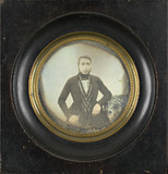 Visualizza Portrait d'homme, à mi-genoux, assis, de face… anteprime su