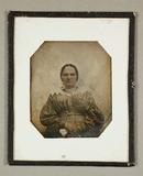 Miniaturansicht Vorschau von Kräftige grimmige Frau sitzend, frontal, um 1…