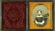 Visualizza Portrait einer junge Frau in schulterfreiem K… anteprime su