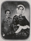 Visualizza portrait of a woman with bonnet and a boy anteprime su