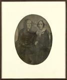 Visualizza Deux femmes âgées assises côte à côte anteprime su