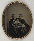 Miniaturansicht Vorschau von Couple assis tenant un bébé sur les genoux