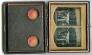 Miniaturansicht Vorschau von Die Aufnahme zeigt drei Männer und eine Frau …