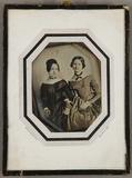 Thumbnail preview van Zwei junge Frauen, Schwestern, jeweils in ein…