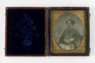 Visualizza Portrait d'une femme assise portant des bijou… anteprime su