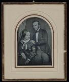 Thumbnail af Junges Paar, die Frau sitzt neben einem Posta…