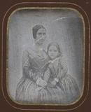 Visualizza Jeune femme assise, contre elle sa fille anteprime su