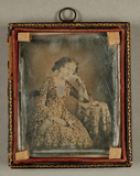Prévisualisation de Damenbildnis, Dreiviertelfigur in geblümtem K… imagettes