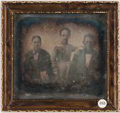 Visualizza Portrett av familien Nielsen, tre personer, e… anteprime su