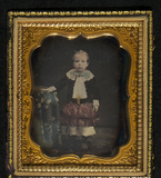 Visualizza Ganzporträt eines kleinen Jungen, eine Hand a… anteprime su