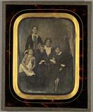 Visualizza Mutter mit ihren drei Kindern. Ganz-Portrait.… anteprime su