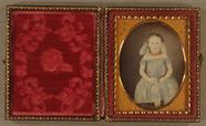 Visualizza Three quarter length portrait of a young girl… anteprime su