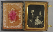 Visualizza Three-quarter length portrait of Hiller famil… anteprime su