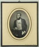 Visualizza Portrait eines Mannes, Halbfigur, am Tisch st… anteprime su