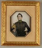 Visualizza Junger Soldat, schwarzgraue Uniformjacke, grü… anteprime su