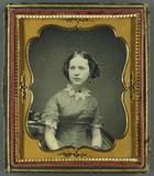 Visualizza Halbportrait einer sitzenden jungen Frau mit … anteprime su