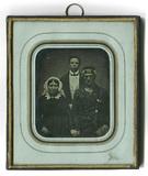Visualizza Bildnis einer dreiköpfigen Familie, eines ält… anteprime su