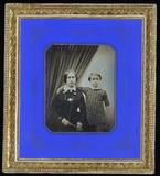 Prévisualisation de Junge Frau mit ihrem Sohn, der neben ihr in k… imagettes