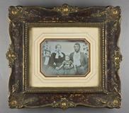 Visualizza Bildnis eines Ehepaares mit zwei Söhnen, sitz… anteprime su