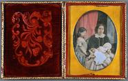 Visualizza Mutter mit zwei Kindern, koloriert, England, … anteprime su