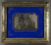 Miniaturansicht Vorschau von Familienporträt eines älteren Ehepaares mit i…