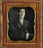 Visualizza Porträt einer Frau mit Korkenzieherlocken und… anteprime su