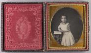 Miniaturansicht Vorschau von Knieporträt eines Mädchens auf ein Buch aufge…