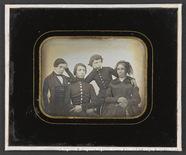 Visualizza Portrait de famille mère avec ses trois fils … anteprime su