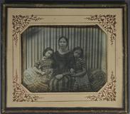 Visualizza Junge Frau mit zwei kleinen Mädchenin kariert… anteprime su