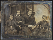 Visualizza Mutter mit ihren drei Kindern vor einem drapi… anteprime su