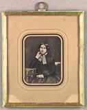 Thumbnail preview van Sitzende junge Frau mit Halsschleife, den rec…