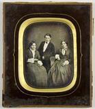 Visualizza Zwei Frauen und einem jungen Mann in ihrer Mi… anteprime su