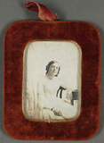 Visualizza Porträt einer jungen Frau in weißem Kleid, vo… anteprime su