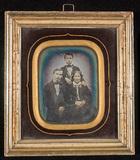 Miniaturansicht Vorschau von Trolig et familieportrett av mor og to sønner…