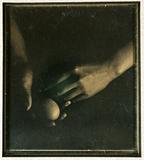 Miniaturansicht Vorschau von Hände, ein Ei haltend