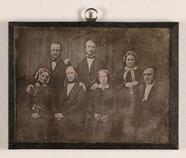 Visualizza Gruppenbild von insgesamt sieben Personen um … anteprime su