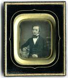 Miniaturansicht Vorschau von Der junge Mann sitzt an einem Tisch mit blau …