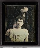 Visualizza Junge Frau mit Federbüschel im Haar (nach ein… anteprime su