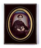 Visualizza Portrait d'une femme assise en robe sombre qu… anteprime su