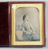 Visualizza Portrait of a seated young lady with a book o… anteprime su