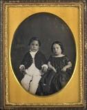 Visualizza Portrait de deux enfants, à mi-jambes, assis,… anteprime su